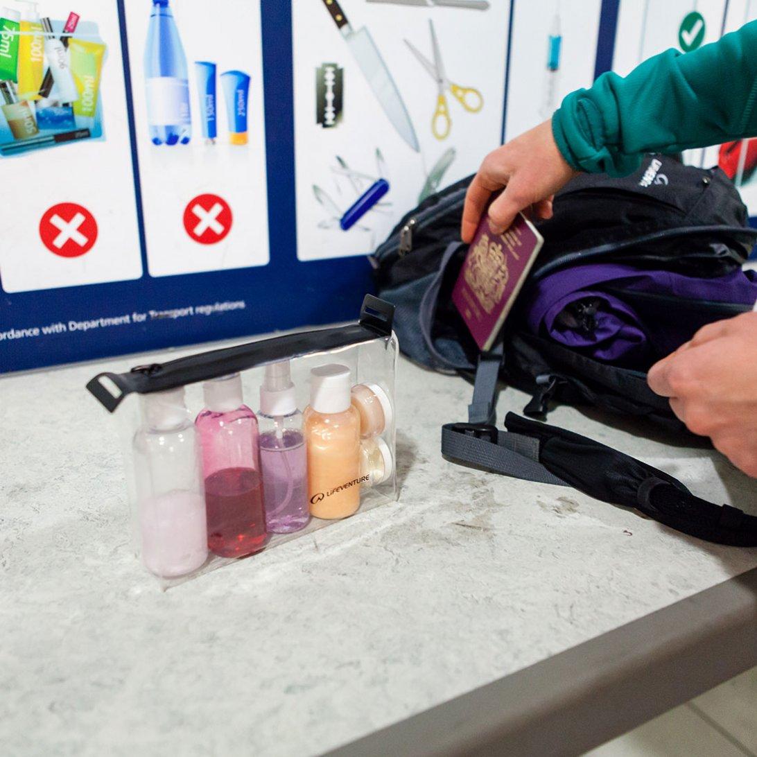 kontrola tekutin na letišti s pomocí průhledného pouzdra 20 x 20 cm a lahviček značky Lifeventure